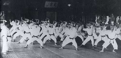 Maestro Funakoshi Gichin enseñando Karate en la Universidad de Keio